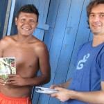 Delson Gavião e Julien Meyer durante entrega de DVDs de documentação a aldeia Gavião Igarapé Lourdes.